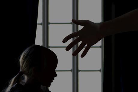 Foto eines Mädchens im Profil und einer ausgestreckte Hand.