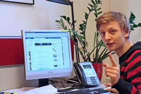 Cyberhelper Andreas Prömer vor dem Computer.