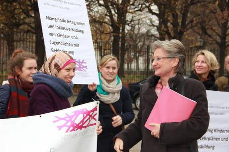 Unterrichtsministerin Claudia Schmied im Gespräch mit den DemonstrantInnen.