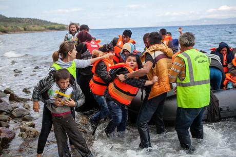 Flüchtlingskinder erreichen den rettenden Strand