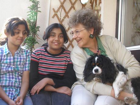 Eine MutMacherin mit ihren beiden Mentees und Hund.