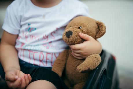 Kleinkind mit Teddybear