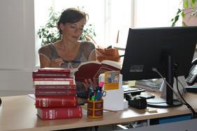 Kinder und Jugendanwältin Andrea Holz-Dahrenstaedt studiert ein Gesetzesbuch.