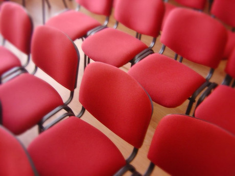 Eine Reihe roter Sessel
