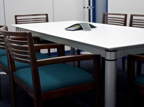 Leerer Tisch in Besprechungsraum