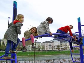 Kinder am Klettergerüst.