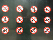 Verbotsschilder am Eingang eines Parks