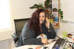Barbara Leiblfinger-Prömer, Mitarbeiterin der kija Salzburg, beim Telefonieren.