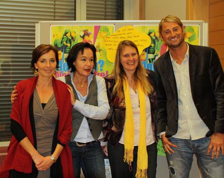 Andrea Holz-Dahrenstaedt, Mechthild Schäfer, Marion Wirthmiller und Alexander Müller vor einem Plakat gegen Mobbing.