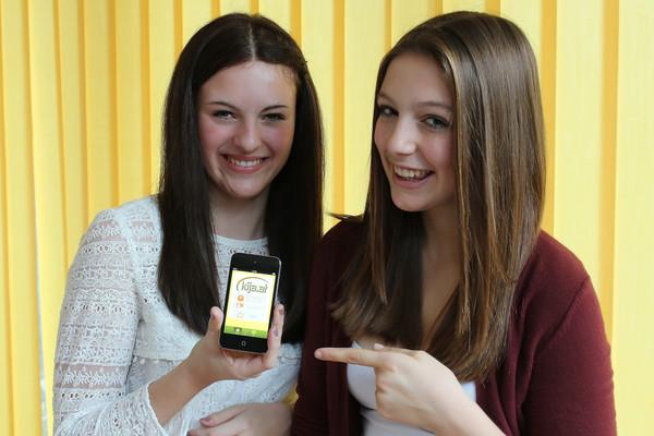 Jugendliche mit kija-App am Smartphone