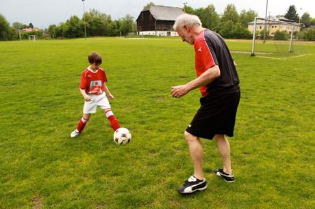 Mentor und Mentee beim Fußballspielen