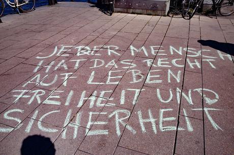 """Mit Kreide steht geschrieben: """"Jeder Mensch hat das Recht auf Leben, Freiheit und Sicherheit."""""""