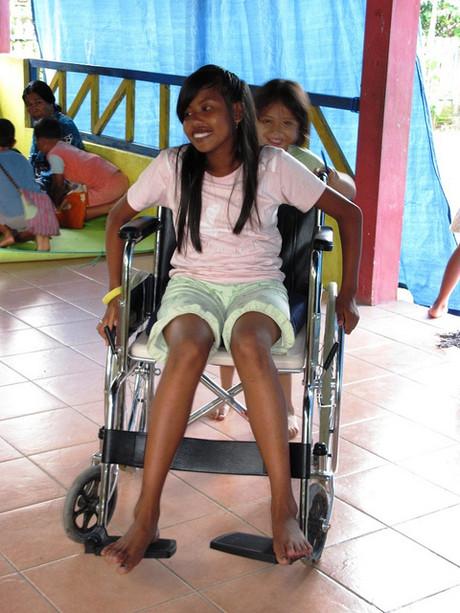 Mädchen in Rollstuhl
