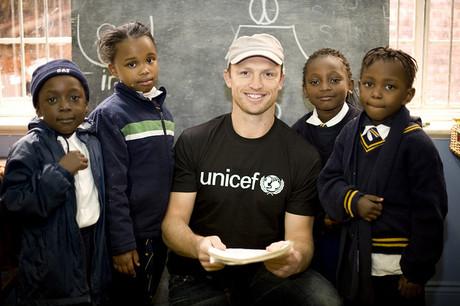 UNICEF-Botschafter mit Schulkindern.