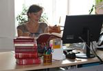 Kinder- und Jugendanwältin Andrea Holz-Dahrenstaedt an ihrem Arbeitstisch.
