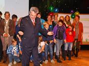 Bundespräsident Heinz Fischer und viele andere Personen im Konfettiregen auf der Bühne bei der Kinderrechtspreisverleihung.