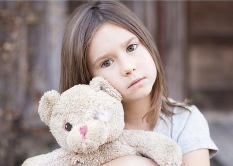 Mädchen mit Teddybär.