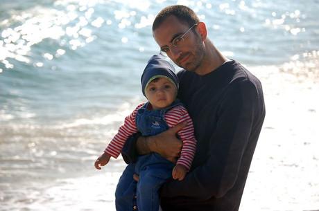 Vater mit Kind am Meer