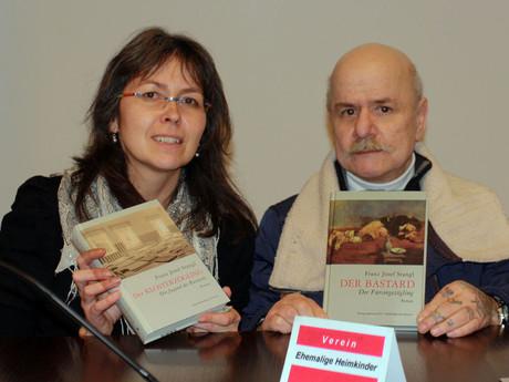 kija-Mitarbeitein Cornelia Grünwald mit Buchautor Franz Josef Stangl