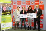 Kinder- und Jugendanwältin Andrea Holz-Dahrenstaedt und Bank Austria Landesdirektor Markus Auernigg bei der Übergabe der Schecks für die Stipendiatinnen Shirin Dawari und Miriam Heiderer.
