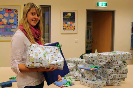 kija-Praktikantin Bettina mit den verpackten Geschenken.