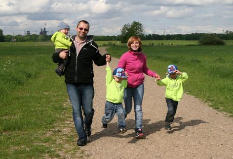 Familie bei einem Ausflug.
