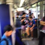 SchülerInnen in einem Schulbus.