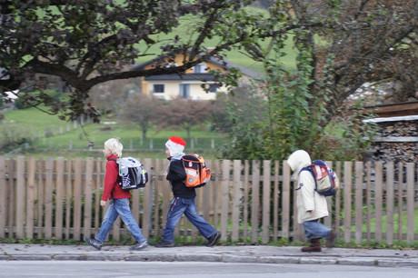 Kinder am Schulweg.
