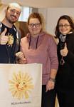 Gerald Dominik (Sonnentor Salzburg) bei der Übergabe der Tees mit Franziska Kinskofer und Manuela Geimer (kija/open.heart)