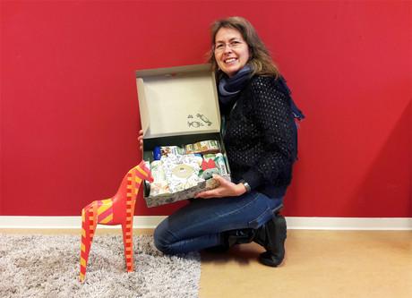 kija-Mitarbeiterin Cornelia Grünwald mit dem dm-Weihnachtspackerl