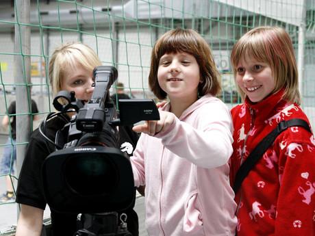 Mädchen hinter der Kamera.