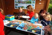 Kindergruppe beim Malen.