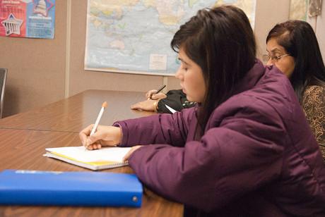 Junge Frau mit Migrationshintergrund beim Studieren.