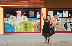 Bild: kija-Beraterin Barbara Frauendorff vor dem Regionalbüro in Bischofshofen
