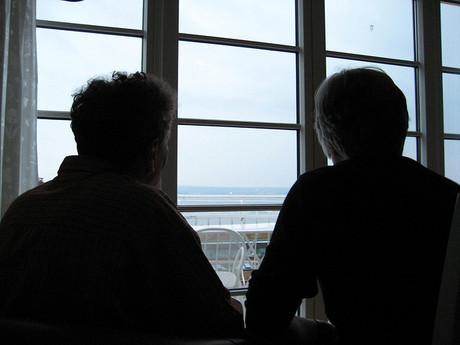 Schatten der Eltern vor dem Fenster.