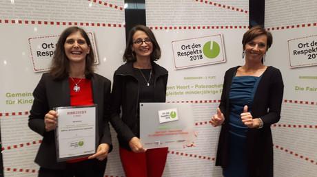 v. li.: Christina Scherer, Projektleiterin Manuela Geimer und Kinder- und Jugendanwältin Andrea Holz-Dahrenstaedt freuen sich über die Auszeichnung.