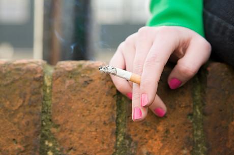 Teenager mit Zigarette