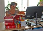 Andrea Holz-Dahrenstaedt vor einem Stapel Gesetzbücher.