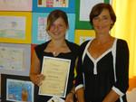 Bilderwettbewerb-Teilnehmerin Vanessa Riepler mit Kinder- und Jugendanwältin Andrea Holz-Dahrenstaedt.