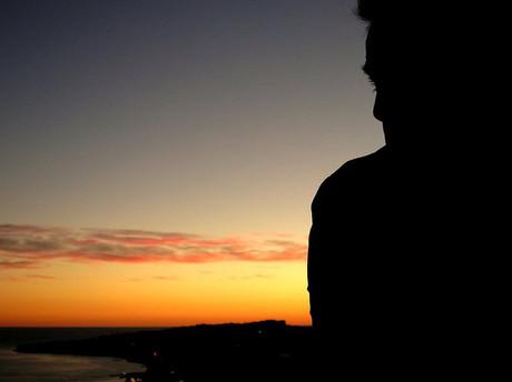 Silhouette eines jungen Mannes.