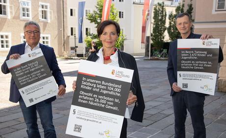 Heinrich Schellhorn, Andrea Holz-Dahrenstaedt & Roland Ellmer zeigen Plakate der neuen Kampagne.