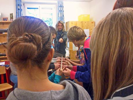 Ein Mitarbeiter der kija Salzburg gibt einen Gewalpräventions-Workshop.