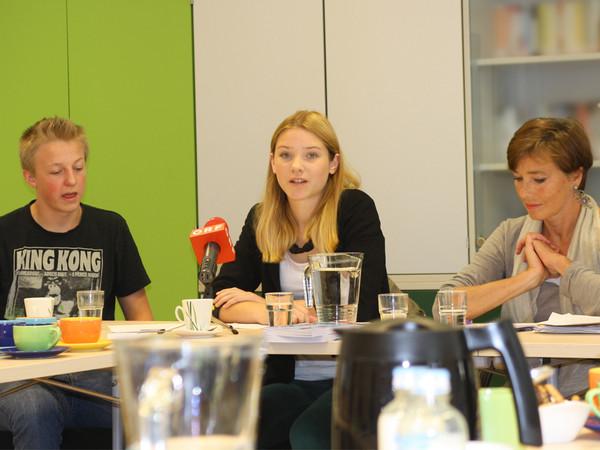 MitschülerInnen von Geworg H., Ludwig Sandtner & Hanna Mosler mit Andrea Holz-Dahrenstaedt bei der Pressekonferenz.