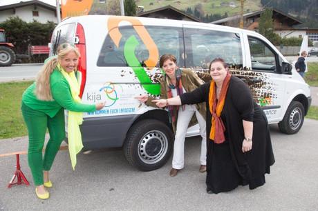 Landesrätin Tina Widmann, Kinder- und Jugendanwältin Andrea Holz-Dahrenstaedt und Regionalbeauftragte Barbara Frauendorff vor dem Beratungsbus.