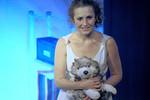 """Anna mit """"Wolferl"""", ihrem Kuscheltierwolf, im Arm."""