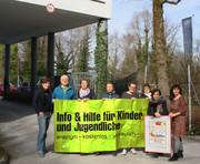 Das kija-Team vor dem Eingang in der Fasaneriestraße 35