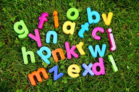 Bunte Buchstaben in der Wiese.