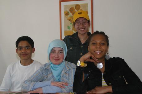 Jugendliche Flüchtlinge im Klassenzimmer.