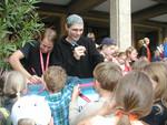 Kinder holen sich Autogramme von den Darstellern des Kinderrechtemusicals.