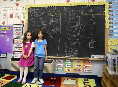 Schülerinnen in einer Schulklasse.